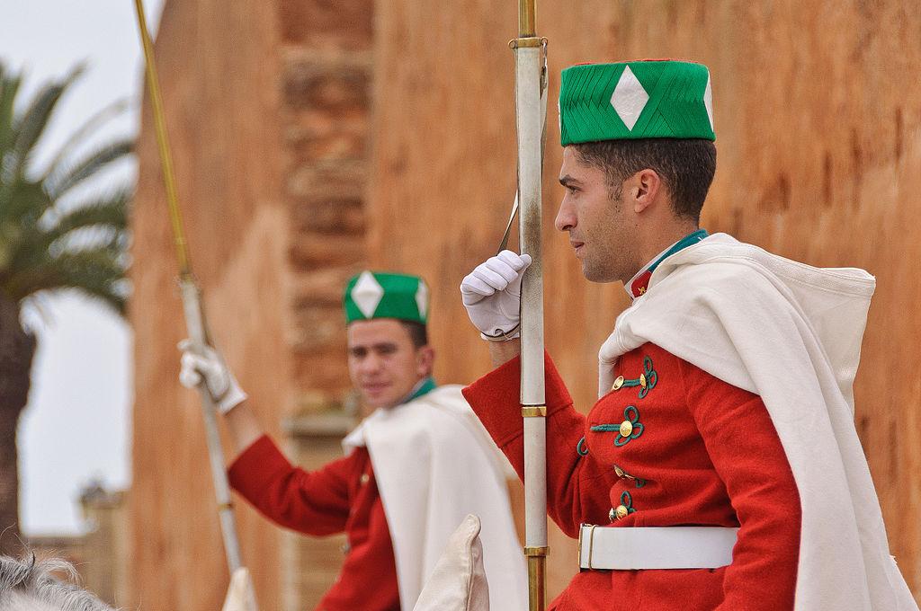 الحرس الملكي المغربي ......Garde royale marocaine 1024px-A_pair_of_the_Royal_Moroccan_Guards_at_the_Mausoleum_of_Mohammed_V_in_Rabat