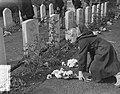 Airborne herdenking, Oosterbeek, kinderen leggen bloemen, Bestanddeelnr 907-3323.jpg