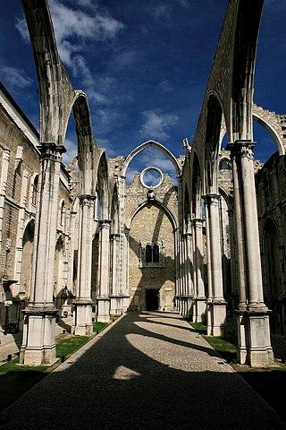 Igreja do Convento do Carmo, Lisboa, por Joaomartinho63 (licenciado em CC-BY-SA 3.0)