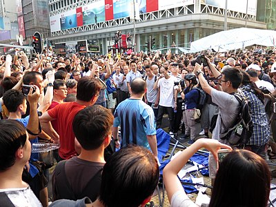 Anti Occupy Central Protesters Destory feel happy 20141003.jpg