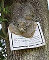 Baum frisst Schild retouched.jpg