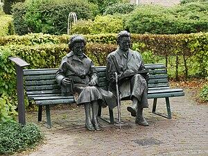 Simon Carmiggelt - Statue of Simon Carmiggelt with his wife Tiny on a park bench in De Steeg