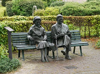 Simon Carmiggelt - Statue of Simon Carmiggelt with his wife Tiny on a park bench in De Steeg