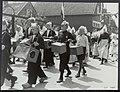 Bevrijdingsfeesten. Volendam viert feest. Engelse biscuitblikken dienen als trom…, Bestanddeelnr 120-0909.jpg
