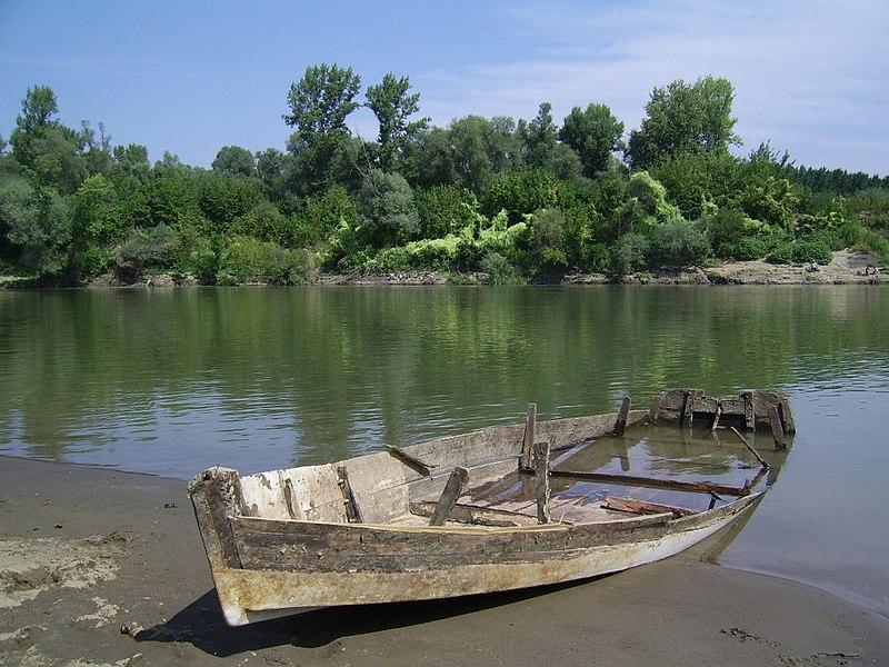 File:Boat tiszavarkony.JPG