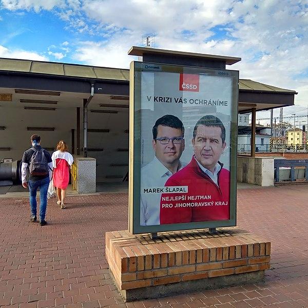 File:Brno, u Tesca, citylight ČSSD do krajských voleb 2020.jpg