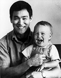 Bruce Lee med sin son, 1966.