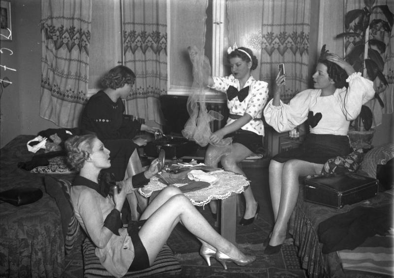Bundesarchiv B 145 Bild-P049380, Berlin, Junge Mädchen bei Vorbereitungen zum Ball.