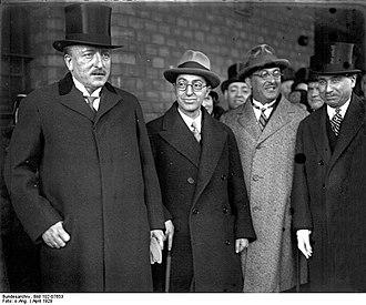Kemalettin Sami Gökçen - Image: Bundesarchiv Bild 102 07653, Berlin, Ankunft des türkischen Aussenministers