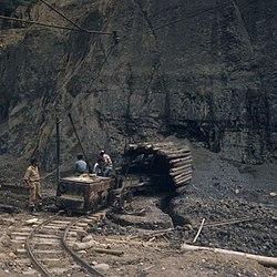 COLLECTIE TROPENMUSEUM Een ingang van de Ombilin steenkoolmijnen TMnr 20018524.jpg