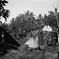 COLLECTIE TROPENMUSEUM Kopradroogschuur met opklapbaar dak op Poelau Tahoelandang TMnr 10028512.jpg