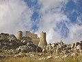 Castello di Rocca Calascio - veduta dal basso.jpg