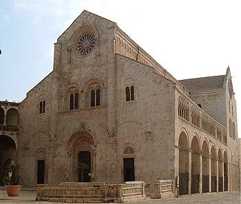Facciata della cattedrale di Bitonto, col rosone a 16 raggi e con archivolto sostenuto da colonne pensili.