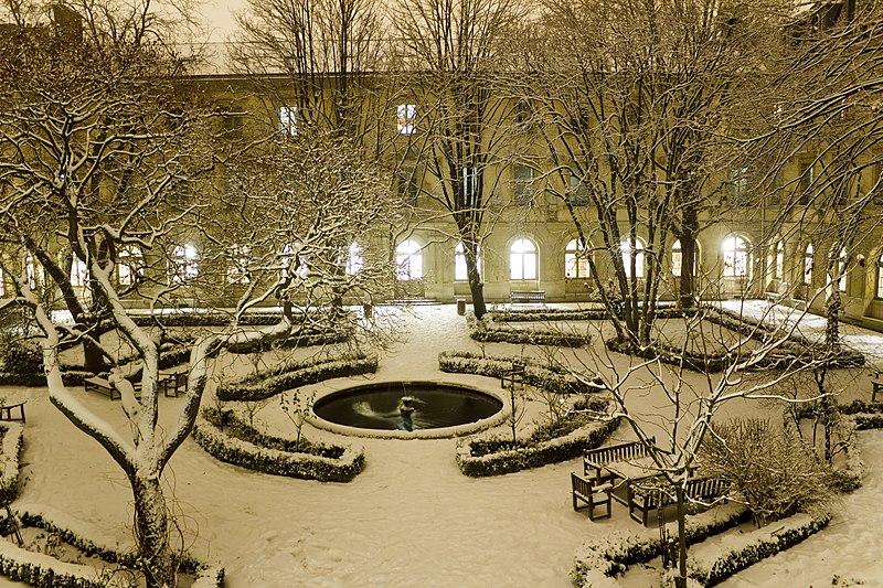 File:Cour aux Ernests sous la neige.jpg