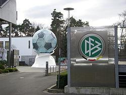 DFB-Zentrale mit Ball.jpg