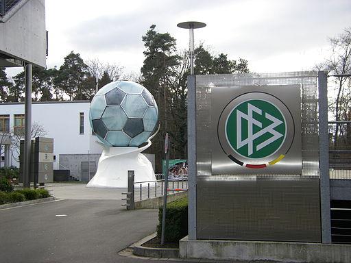 DFB-Zentrale mit Ball