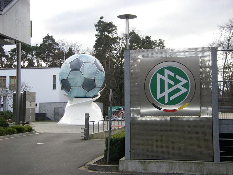 File:DFB-Zentrale mit Ball.jpg