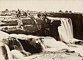 Dayal, Raja Lala Deen - Sir Lepel Griffin (Mitte) und Gesellschaft beim Chichai Wasserfall (Zeno Fotografie).jpg