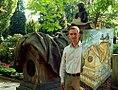 Der leitende Gärtner Sergej Stoll mit seiner Gemälde-Rekonstruktion des ursprünglichen Grabmals von Oberhofmarschall Ernst Baron von Malortie mit zwei Pagen und Umzäunung.jpg