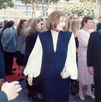 Dianne Wiest - Wiest greets fans at the 62nd Academy Awards in 1990.