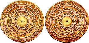 Foto der Rückseite und der Vorderseite einer Goldmünze mit arabischer Schrift in drei konzentrischen Kreisen