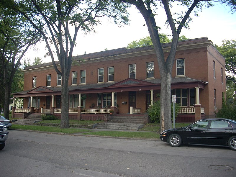 File:Dinnie Apartments, Grand Forks North Dakota.jpg
