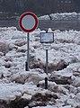 Dolní Mokropsy, městská pláž, nahromadění ker v lednu 2011, značky.jpg