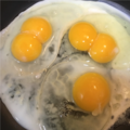 Double and single yolk hen eggs.png