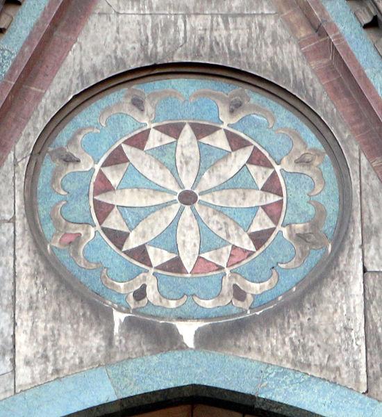 File duomo di firenze medaglioni intarsiati in marmi nei timpani delle finestre sui fianchi 09 - Rivestire i davanzali delle finestre ...