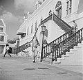 Een militair loopt de wacht op Fort Amsterdam in Willemstad op Curaçao, Bestanddeelnr 252-7077.jpg