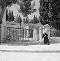 Ein-Karim. Plein bij de kerk van O.L.Vrouwe Visitatie. Op de voorgrond een smee…, Bestanddeelnr 255-2804.jpg