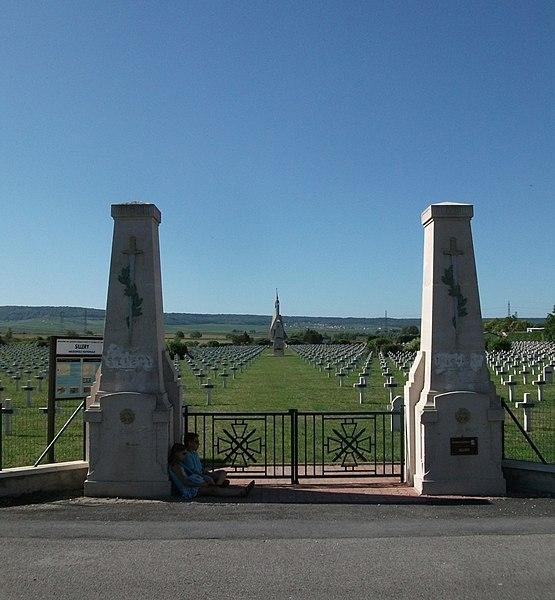 Entrée de la Nécropole nationale de Sillery, vue vers le sud.