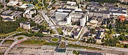 Norrlands universitetssygehus med dele af Umeå universiteters campus i øvre venstre hjørne og Umeå østlig station længst ned
