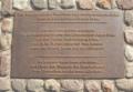 Foto der Gedenktafel der Barrikadenkämpfer am Alexanderplatz.png