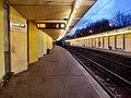 Frankfurt am Main- U-Bahnhof Römerstadt- auf Bahnsteig Richtung Ginnheim- Richtung Südbahnhof 28.3.2010.jpg