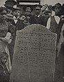 Fund eines Leichensteins aus dem Jahre 1782, Foto Julius Söhn.jpg