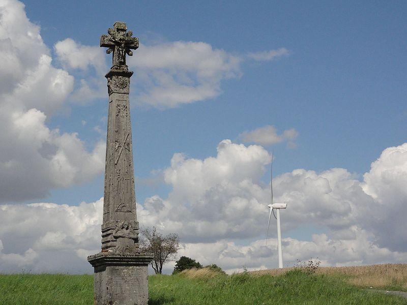 Géry (Meuse) croix de chemin A et eolienne