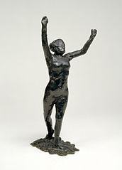 Danseuse s'avançant, les bras levés