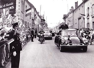 Charles de Gaulle's motorcade passes through Isles-sur-Suippe (Marne), the president salutes the crowd from his famous Citroen DS General charles de gaulle visite isles sur suippe 1963.jpg