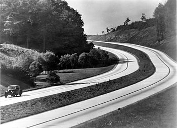 English: An automobile on the sweeping curves ...