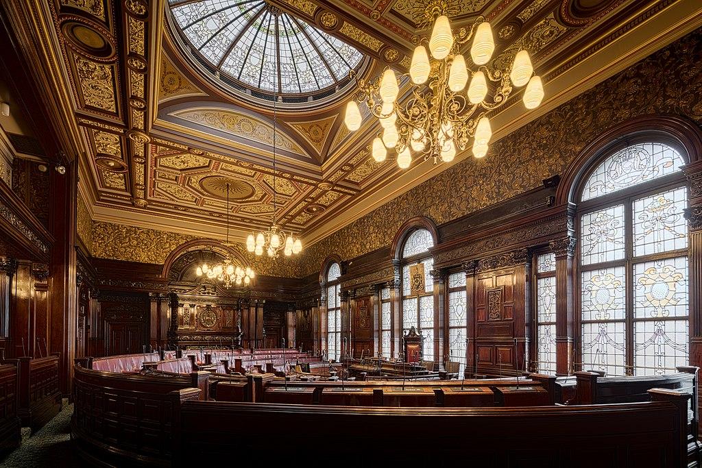 A l'intérieur de la salle du conseil municipal de Glasgow sur la place Saint Georges. Photo de Michael D Beckwith
