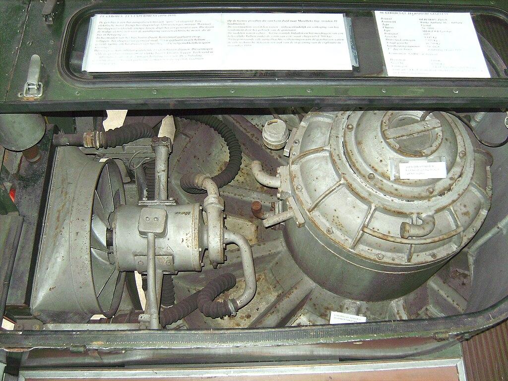 Моторное отделение гиробуса. Справа виден трёхфазный двигатель, ниже него — картер маховика