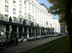 Hotel Bayerischer Hof München-Außenansicht-Südseite-Blick nach Osten.JPG