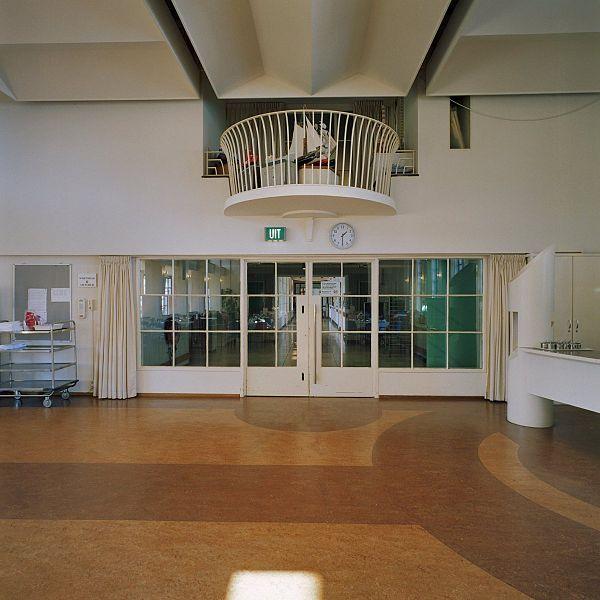 File interieur overzicht op keuken met originele ramen en for Interieur appartement aan zee