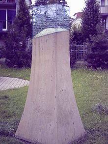 Gedenkstele am Platz von Naumanns ehemaligem Wohnhaus (Quelle: Wikimedia)