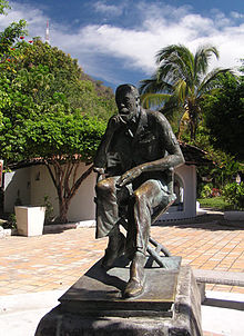 Estatua d'o director cinematografico, actor y guionista estatounitense John Huston que se troba en Puerto Vallarta (Mexico).
