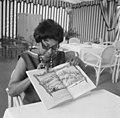 Josephine Baker in Kasteel Les Milandes J. B. met boek van Piet Worms, Bestanddeelnr 912-6484.jpg