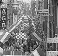 Kalverstraat vlagt in verband met Koninklijk feest, Bestanddeelnr 913-8015.jpg