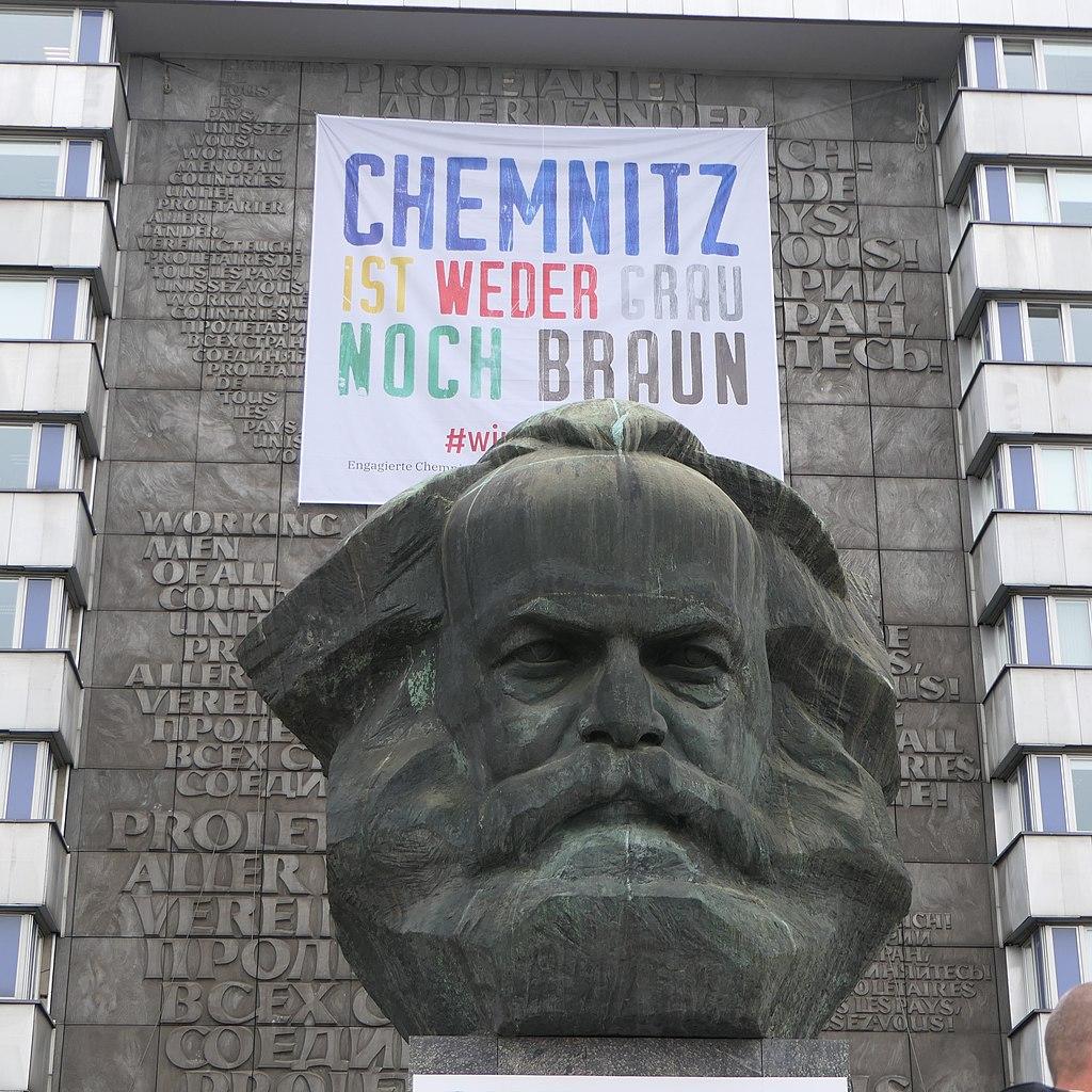 Karl-Marx-Denkmal - Aktionsbündnis Chemnitz ist weder grau noch braun (2).JPG