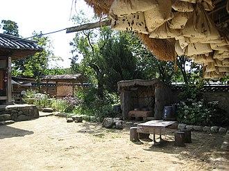 Hahoe Folk Village - Image: Korea Andong Hahoe.Village 02
